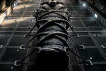 МУМИЯ / Смотрите в кинотеетрах с 8 июня.  В ролях: Том Круз, Рассел Кроу, София Бутелла, Аннабелль Уоллис, Джейк Джонсон.  Посреди безжалостной пустыни в величественном саркофаге погребена дочь египетского фараона, но настанет день и она явится в наш мир вернуть себе то, что принадлежит ей по праву.