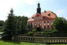 Warmątowice - Pałac / Pałac w Warmątowicach Sienkiewiczowskich z drugiej ćwierci XVII w. Dawna twierdza graniczna Księstwa Legnickiego nadana miejscowemu rodowi rycerskiemu. Zamek w 1748 roku przebudowano na barokowy pałac. Dawniej należał do rodziny Olszewskich, którzy na mocy testamentu Alfreda von Olszewskiego zapisali go Henrykowi Sienkiewiczowi-, który jednak spadku nigdy nie przyjął. Od 1995 roku pałac ma nowych właścicieli. Mieści się w nim hotel.