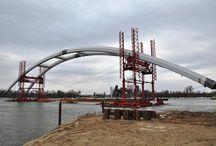 Most drogowy w Toruniu cd. / W Toruniu trwa rozpoczęta w 2010 roku budowa mostu w ciągu DK1. Ostatnio zamontowany został jeden z dwóch łuków mostu o długości 270 i wysokości 50 m. Montaż drugiego łuku nastąpi w drugiej połowie kwietnia. Sprzęt naszej firmy wykorzystywany jest obecnie przy realizacji płyty nośnej nitki wschodniej w części zalewowej (deskowanie uniwersalne MK) oraz przy budowie pylonu w ciągu ul. Wschodniej (podesty robocze do podwieszania want - również na bazie systemu MK).