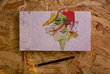 Libretas de Dibujo / Libretas hechas a mano con formato de 24 x 14 cm, con la portada impresa digitalmente sobre papel japonés. La encuadernación tiene un cosido de estilo libro realizada con hilo de algodón.  En su interior la libreta consta de 25 hojas de papel de 150 gr. llamado Estraza. El papel posee un tono tostado con una textura suave. Además, se incluye un trozo de papel vegetal colorido para ponerlo debajo de la mano mientras hagamos nuestro dibujo y así no mancharnos.
