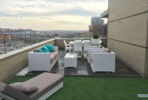 Diseño de terraza Madrid / Creación de terraza a partir de césped artificial , tarima sintética , bolos blancos, jardineras y plantas