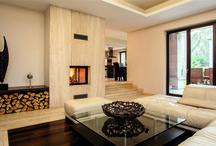 Okna drewniane - Liguria 68 / Okna drewniane liguria charakteryzują się łagodnie wykończonymi krawędziami ramy, skrzydła oraz listwy przyszybowej. Czterowarstwowa powłoka lakiernicza chroni drewno przed szkodliwymi czynnikami atmosferycznymi; dzięki temu okna te odznaczają się wyjątkowym pięknem, trwałością i funkcjonalnością. Przeznaczone do budynków jednorodzinnych o nowoczesnej lub rustykalnej architekturze. W celu zapewnienia ramom dodatkowej ochrony, można zainstalować nakładkę aluminiową.