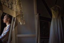 Getting Ready - Vorbereitung der Braut / Die Vorbereitung der Braut, das Getting Ready, ist ein wichtiger Teil meiner Hochzeitsreportagen. Hier sieht man die Verwandlung der Braut in die schönste Frau des Hochzeitstages. Es sind viele private, emotionale und lustige Momente, wenn die Familie und Freunde der Braut diese Zeit vor der Trauung begleiten. #gettingready #brautmakeup