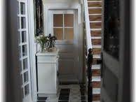 Hal/Hall / Een ingang is een hal die algemeen gelegen aan de voorzijde van een huis . Een ingang heeft vaak een vestiaire , en heeft meestal linoleum of tegel vloeren in plaats van tapijt , waardoor het een gemakkelijk te reinigen overgang ruimte tussen de binnen- en buitengedeelte. Veel huizen hebben geen ingang hebben; in deze de voordeur leidt naar een hal , of direct in de woonkamer of een andere kamer in het huis.