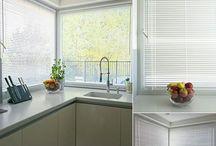 Żaluzje / Żaluzje drewniane lub aluminiowe dobieramy do charakteru pomieszczeń. Drewniane to ciekawe rozwiązanie dla amatorów prostoty, naturalnych tworzyw i kolorystyki. Kolorystykę lamelków stosownie dobierzemy do drewnianych podłóg bądź mebli. Dla osób lubiących surowe wnętrza rekomendujemy aluminiowe żaluzje, których metaliczna poświata w połączeniu z np. naturalnym kamieniem lub betonem, szkłem i metalowymi dodatkami, wpisze się w techniczny styl projektu.