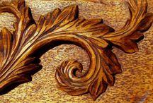 Acanthus / la feuille d'acanthe au jardin, dans et sur la maison