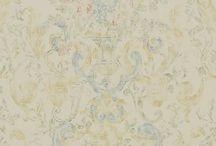 Ralph Lauren Tapeten / Seit dreißig Jahren verbinden die Tapeten von Ralph Lauren luxuriöse Oberflächenstrukturen mit Perfektion und Zeitlosigkeit. Die Designs des amerikanischen Modedemachers reichen von edlen amerikanischen Poloclub-Tapeten bis zu extravaganten, französischen Riviera-Motiven im Stil der 1960er-Jahre.