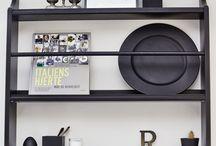 SEJ Design i køkkenet / Skab rene linjer i dit køkken med SEJ Design produkter. De lækre sorte gummi former kan bruges til opbevaring af alverdens køkkenredskaber. Benyt også de lækre bakker til at præsentere diverse madolie.