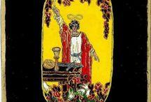 Tarot -inspirációk / A Rider- Waite Tarot kártyákkal 1992-ben ismerkedtem meg. Bár a kártyavetés csak viszonylag későn, 2005 után vált asztrológusi praxisom részévé, az előtt is rendszeresen használtam őket. Szimbolikájuk magától értetődő módon álmaimban is felbukkan: motívumaik az adott kártyalap témájához illeszkedő , más mitológiai, mesebeli történetekkel töltődnek fel.. Néha csak a színek változnak, máskor az egész karakter- egy lapnak pedig akár több változata is felmerülhet.
