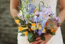 Bruidsboeket / Mooie boeketjes met veldbloemen, gipskruid  veren.