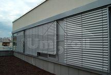 Zsaluzia / A napsugarak a nagy üvegfelületeken keresztül rendkívül gyorsan felmelegítik a belső tereket. Belső árnyékolókkal hatékonyan nem védekezhetünk a napsugarak melegítő hatása ellen, a megoldást a külső árnyékolók jelenthetik. A külső árnyékolók hatékonyan visszaverik a napsugarakat, illetve az árnyékoló mögötti légáramlat hűti az üvegfelületet.