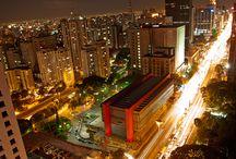 Cidade: São Paulo / Minha cidade natal, com seus arranha-céus, cimentos, correria, trânsito. Merece ser visitada, temos parques, temos gastronomia, temos luz....