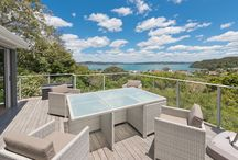 Captain's Lookout / Newly renovated luxury home with 180 degree views of the Russell Wharf, township and over to Paihia. Captain's Lookout at Russell is one of the best spots to soak up the delights of the Bay of Islands, and is only 5 minutes walk from the Russell shops, cafes and bars. Internet TV's in each room - surf to your hearts content.