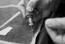 S A V O I R   F A I R E /  Depuis la création de son Sans Couture et au fil de toutes les collections, La Maison Le Tanneur signe ses pièces d'un main de maître : de la matière à la précision du geste, rien n'est laissé au hasard pour réaliser des sacs aux finitions irréprochables.