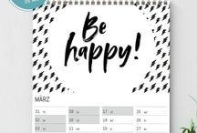 Kalender / Wunderbare und vielfältige Kalender, als Familienkalender, zum Ausdrucken oder Aufstellen oder als Wochenplan. Gerne mit Typografie und viel schwarz-weiß!