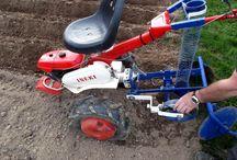 Planteuse pommes de terre / Pour me faciliter la plantation de mes pommes de terre, j'ai construit une planteuse derrière mon motoculteur. Elle fonctionne impeccablement, c'est un vrai plaisir, sans trop se fatiguer et une plantation réalisée en 15 minutes
