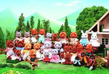 """30 ans d'histoire avec les Sylvanian Families / Il était une fois... dans un pays lointain.... la naissance d'une nouvelle gamme de jouets. Créés en 1985, les Sylvanian Families sont d'adorables personnages vivant dans la nature. Leur village nommé """"Sylvania"""" prend alors tout son sens : """"Forêt"""" en latin."""