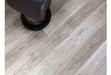 Vinylboden Designböden mit 5 mm Stärke / Unsere hier angebotenen LVT Vinyl-Designbeläge mit 5 mm Stärke werden schwimmend und ohne zusätzlichen Leim verlegt. Sie zeichnen sich vor allem durch ihre hohe Widerstandsfähigkeit, Belastbarkeit, sowie ihrer simplen Reinigungs- und Pflegemöglichkeiten aus. Da sie wasserresistent sind, können diese Böden auch ohne weiteres in Feuchträumen, wie dem Badezimmer verlegt werden.