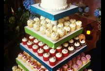 Wedding Cupcakes / Instead of the traditional wedding cake, pass out wedding cupcakes for your special day.