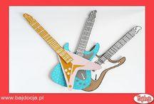Gitara / Gitara to marzenie każdego małego miłośnika muzyki. Dziś prezentujemy szybki i prosty sposób na wykonanie wspaniałej zabawki w formie kolorowej gitary. Zdjęcia pochodzą ze strony www.handmadecharlotte.com