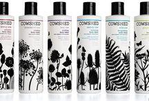 COWSHED / L'histoire commence en 1998, dans une étable, remplie de vaches, un endroit improbable pour découvrir une gamme de produits pour le bain, le corps et des soins pour la peau mais qui est exactement là où sont nés les produits Cowshed.   Fabriqués en Angleterre, les produits utilisent les meilleurs extraits de plantes bio et des huiles essentielles aux senteurs variées autour d'un grand esprit de bonne humeur.