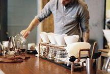 Barista / Een barista is een vakman of -vrouw die zich toelegt op het bereiden van espresso en aanverwante dranken als cappuccino. De barista is als de kok in de keuken; hij/zij weet daarnaast vrijwel alles van de techniek van de espressomachine en de processen bij het bereiden van de espresso.