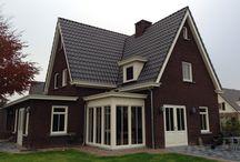 Kunststof Kozijnen / Voor ieder huis hebben wij de geschikte HBI kunststof kozijnen, in 30 standaard kleuren leverbaar, of u nu kiest voor een modern vlak profiel of een verdiept profiel. Alle ramen worden exact op maat gemaakt.