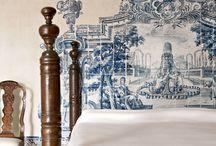 Chambre | Bedroom / tête de lit, sol, le carrelage habille les murs