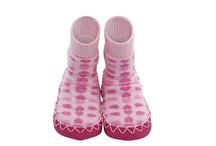 Moccis / Pohodlné botičky švédské značky Moccis jsou vyráběny tradičním řemeslným způsobem již od roku 1950. Každý jeden pár je vyráběný s láskou a péčí od začátku až do konce. Moccis jsou typické svými zábavnými a barevnými vzory, které budou děti milovat nosit.