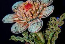 Květinové šperky-flower jewelry / Dnešní ženy mají cestu ke kráse mnohem snazší. Nejen, že mají na výběr rozličné množství ozdob, ale dokonce si mohou vybírat podle své momentální chuti a nálady.