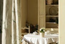 Esprit Bastide - Maisons Édouard Loubet / Murs enduits à la chaux, draps en lin, meubles en bois blanchi, étoffes naturelles aux tons clairs et murs de pierre