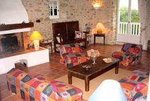 Cheminée-poêle-chimenea-fireplace-kamin / Des gîtes ou chambres d'hôtes équipés d'une cheminée ou d'un poêle à bois.