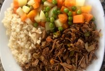 150g de Carne desfiada + 100g de arroz com brócolis ou arroz integral + 100g de cenoura, batata e ervilhas.