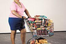supermarktvrouw / Volle vrouw met een overvolle winkelwagen.