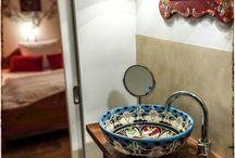 Originelle Badezimmer mit Waschbecken aus Mexiko / Ausgefallene & tolle Badezimmer im Hotel Schloss Blumenthal bei Aichach. Mehrere Bäder sind gestaltet mit handbemalten mexikanischen Waschbecken von Mexambiente. Info unter www.mexambiente.com