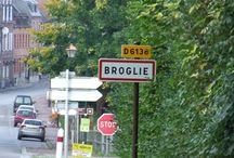 """Ville de Broglie / Chef-lieu de canton, Broglie est une petite commune du nord de la France, située dans le département de l' Eure et de la région Haute-Normandie. Elle fait partie de la Communauté de communes """"du Canton de Broglie"""". Les 1 115 habitants du village de Broglie vivent sur une superficie totale de 8 km2 avec une densité de 139 habitants par km2 et une moyenne d'altitude de 140 m. Depuis le dernier recensement de 1999 à 2008, la population est passée de 1 102 à 1 115 et a légèrement augmenté de 1,18%."""