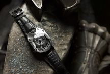 "URWERK UR-105M, ""The Iron Knight"" e ""The Dark Knight"" / URWERK unveiled the UR-105M, inspired by a medieval suit of armor. The UR-105M is available in two versions: the ""Iron Knight"", with a titanium case and steel bezel, and the ""Dark Knight"", with a titanium case and AITiN-treated steel bezel."