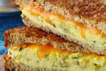 Vive les grilled cheese / Le secret du meilleur sandwich au fromage fondant, c'est la tranche SINGLES de KRAFT! Laissez-nous maintenant vous donner les recettes qui combleront chacune de vos envies...