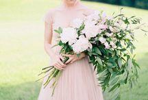 Buquê de Noiva Longo, Pageant ou Braçada / Formado por flores de caule longo, é conduzido apoiado no braço da Noiva. Pode ser montado de modo mais clássico ou exótico, dependendo da escolha das flores. Indicado para Noivas e Casamentos modernos. Os caules podem ser amarrados em sua parte central, em maior ou menor altura. Indicado o uso de Lírios, Gladíolos, Orquídeas, Rosas de caule longo, Esporinha (Delphinium), etc. #primaveragarden #buquesdenoiva #casamento #ideiascasamento # florescasamento