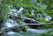 Plitvice, Croatia / Οι λίμνες Plitvice βρίσκονται στην Κροατία και είναι πραγματικά παραμυθένιες. Καθώς τα νερά ρέουν στα ασβεστολιθικά πετρώματα της περιοχής συγκεντρώνονται σε μικρές ή μεγαλύτερες κοιλότητες. Με το πέρασμα των χρόνων τα ιζήματα που μεταφέρουν συγκεντρώνονται εκεί που συναντούν εμπόδια, δημιουργούν φυσικά φράγματα που με τη σειρά τους δημιούργησαν μια σειρά από πανέμορφες λίμνες με σπηλιές και καταρράκτες.