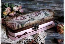 Rózsaszín és barna tolltartó rózsákkal - vintage stílusban