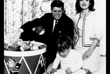 1962 - Novembre. John Fitzgerald KENNEDY / 1er: MB. 14: MB. 15: Palm Beach International Airport. 18: Middleburg. 21:  25: Kennedy family at St. Francis Xavier Church, Kennedy Memorial Skating Rink and Otis AFB. 29: Washington DC National Guard Armory.
