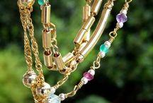 Varios collares de colores