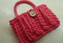 Bolso color coral de crochet