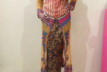Kebaya Model Semata Kaki / Pakaian ini memiliki design yang cantik. Perpaduan warna broklat dan bordir membuat dress ini semakin terlihat menarik.material yang digunakan berkualitas, sehingga memberikan kenyamanan pada orang yang mengenakannya. Dress kebaya ini cocok untuk kamu yang ingin selalu terlihat anggun, cantik, dan menarik.