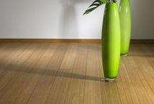 Vocking Interieur en Bamboe vloeren! / Bamboe Bamboe vloeren MOSO  Bamboe is een buitengewoon duurzaam en ecologisch verantwoord product. Het is antistatisch en anti-allergies en draagt hierdoor bij aan een gezond binnenklimaat. Dankzij een hardheid en een dichtheid gelijkwaardig aan de beste hardhoutsoorten, is Bamboe zeer geschikt voor toepassing in woonruimtes maar ook intensief gebruikte ruimtes zoals keukens en kantoorruimtes.