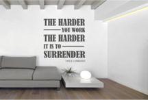 Muursticker bekende quotes / Quotes van bekende mensen. Als muursticker in een origineel ontwerp verwerkt. Verkrijgbaar op www.muurtekstenonline.nl Laat je inspireren en motiveren door de mooiste quotes.