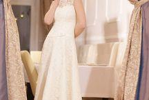 Krótkie suknie ślubne w naszej kolekcji / To propozycje krótkich sukienek ślubnych. Wykonujemy je także według pomysłów klientek. Przynieś ze sobą zdjęcie lub rysunek wymarzonej sukni i zrealizuj ją z nami!