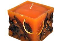 Αρωματικά χειροποίητα κεριά / https://www.realshop.gr/151/el/Xeiropoiita-aromatika-keria/  Τα αρωματικά κεριά είναι κατασκευασμένα με υλικά απο την ελληνική φύση και προσφέρονται σε μεγάλη ποικιλία σχεδίων και διαστάσεων , χαρίζοντας μια διαφορετική νότα στον χώρο που τοποθετούνται.  Η μεγάλη ποικιλία αρωμάτων όπως νυχτολούλουδου, φράουλας, κανέλλας και μήλου ,βανίλιας και πολλών άλλων ακόμη ξυπνά όλες τις αισθήσεις στον περιβάλλοντα χώρο του κεριού όταν αυτό καίει.