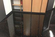 Gietvloer (Zwart en Oranje) / Een gietvloer in Moordrecht. De vloer is zwart met oranje.